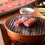 """神戸牛にこだわり、旨みを存分に引き出す""""炭焼き""""の焼肉が嘉のスタイル"""