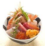 人気のネタがたっぷり! ボリューム満点築地海鮮丼! 3000円+税