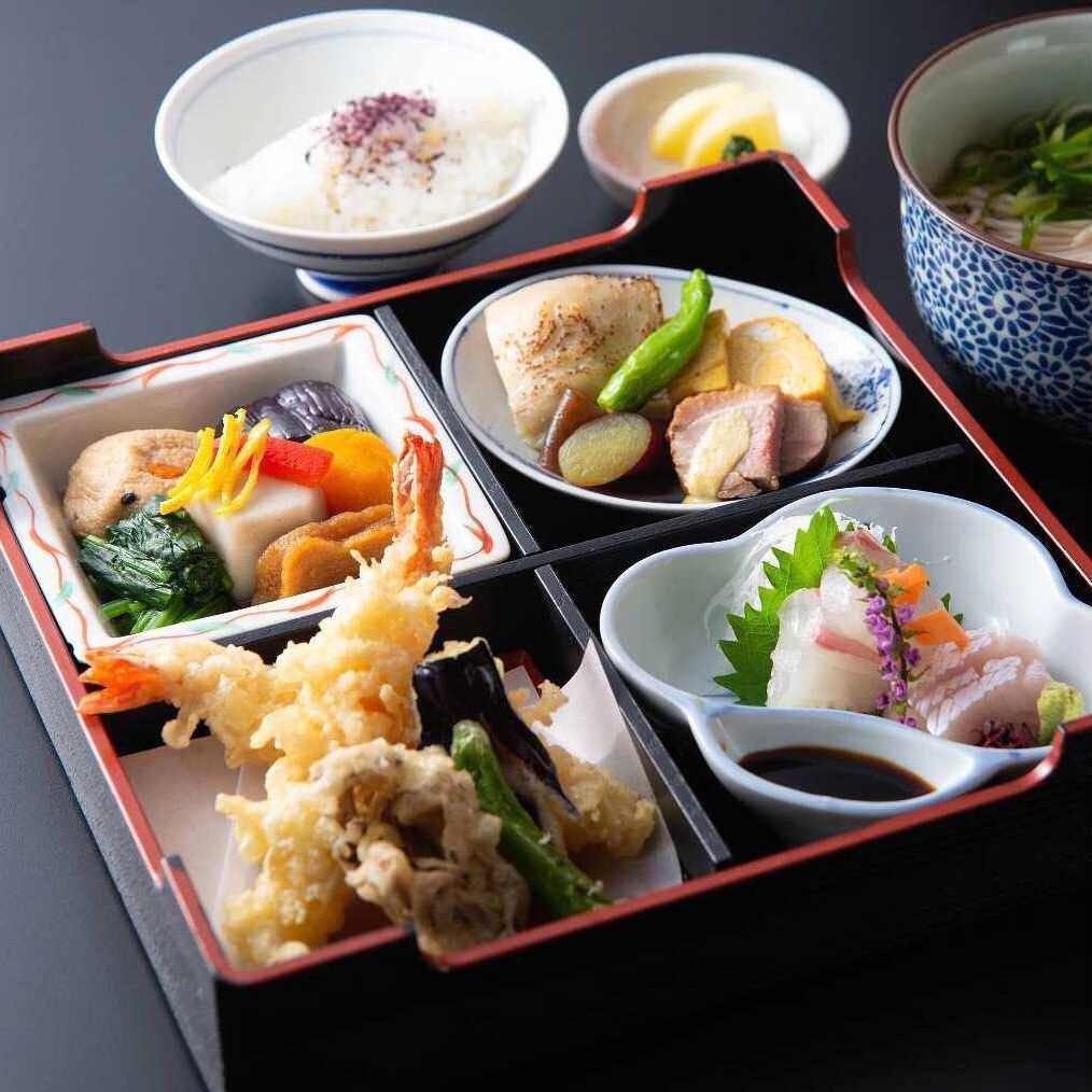 松花堂弁当やミニ蕎麦がついた懐石コースもございます。