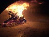 自慢のピッツァは薪窯焼き! 400℃で一気に焼き上げます。