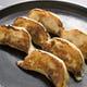 榮林餃子は熱々の鉄鍋の上でお出ししています。(ディナーのみ)