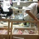 バルはバルでも日本の食文化の鮨っ! 立ち飲みではないのが日本流のバル…【鮨バル】