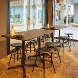 多彩な人数に対応できるテーブル席(~2名様×8卓)