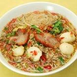 細米麺、チャーシュー・豚挽肉・魚団子入り(ピリ辛スープ)