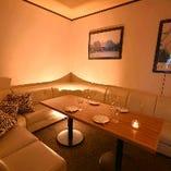 白いソファーの個室