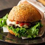 【肉汁溢れる】 牛もも肉100%使用の「ぜいたくバーガー」