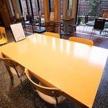 腰を据えてお食事を食べられるテーブル席も完備