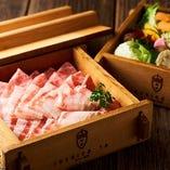 イベリコ豚と野菜をせいろで蒸すことで、お互いの味が引き立てられます。
