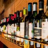 店内にはワインのボトルがズラリと並びます
