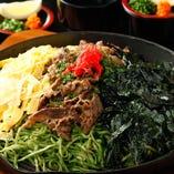 東京初!本場山口県周南市『赤鬼』様直伝の『焼きめん』です!ぱりぱりの特性わかめ麺は現地直送。秘伝のカツオ昆布だしのつけ汁にも、山口特産旨口醤油ベース。錦糸卵、のり、牛肉とバリエーション豊かなトッピング。薬味も、これまた豊富な赤おろし、高等ネギ、レモンでたくさんの味の変化を楽しめます!