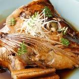 季節の煮物 (天然鯛頭の煮物)ご常連の方に大好評です。季節や仕入れ状況などによりその日のオススメでにてご提供させて頂く事もございます。ご希望などはお気軽にどうぞ。