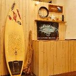 インテリアが海の家の雰囲気を醸し出すお洒落な空間
