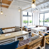 海辺に佇むレストランの開放的な雰囲気が大人気のお洒落なソファー席