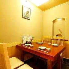 上質な個室と一枚板のテーブル