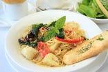 新鮮野菜とベーコンのにんにくオイルのパスタ ミニフォッカチオ付