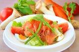 燻製ノルウェーサーモンの自家製サラダ
