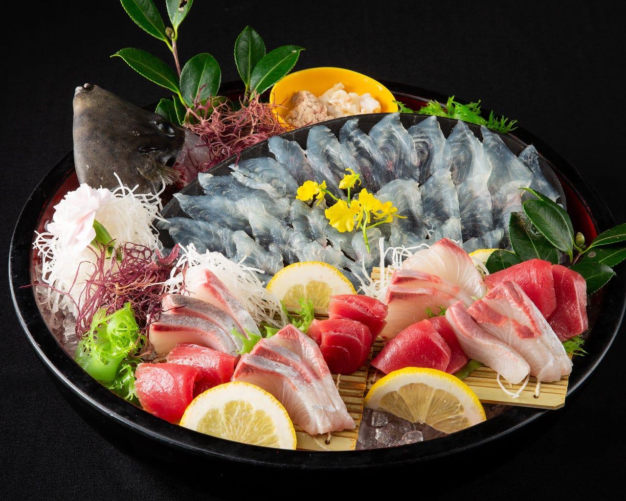 圧巻の活魚と地魚の刺し盛り
