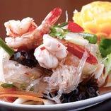豚の挽き肉、海老と香味野菜がバランスよく入ったヘルシーサラダ