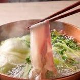 鹿児島名産の黒豚しゃぶしゃぶ。濃厚なとんこつスープでお召し上がりください。〆は細めんのラーメン玉でお楽しみください。