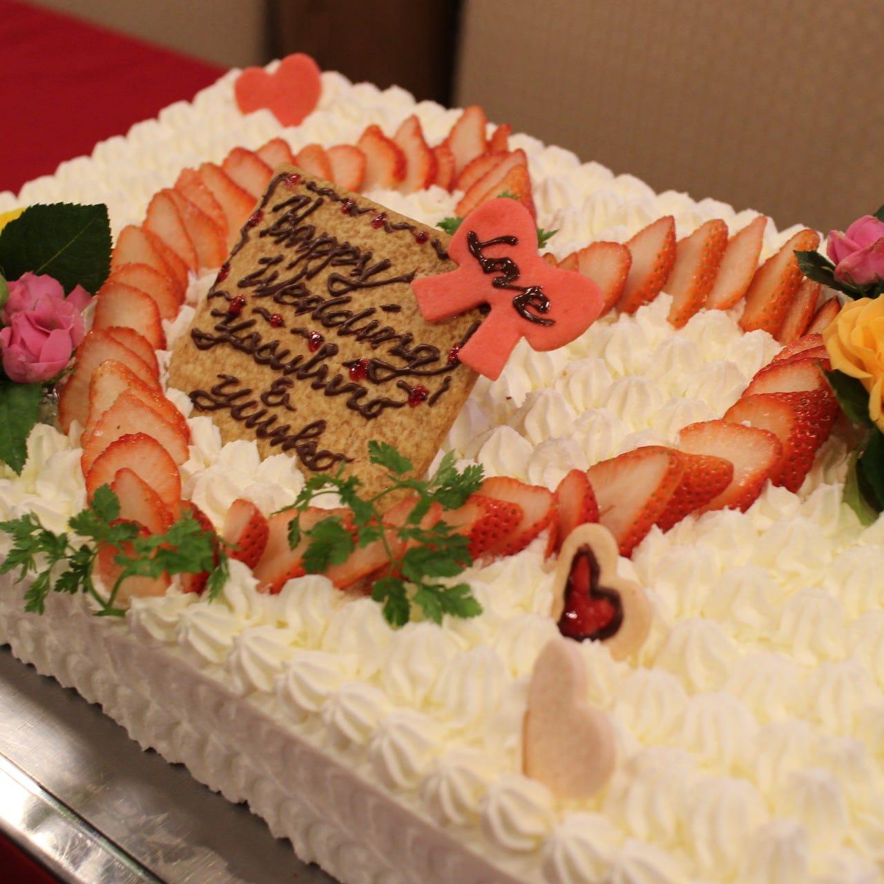 見た目も豪華なウェディングケーキは40名様以上のご予約で無料♪