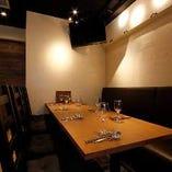 テーブル同士をつなげた横並びのお席にレイアウト変更も可能です!