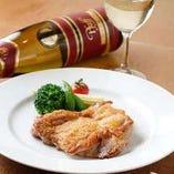 「チキンの香草焼き」は、白ワインビネガーのソースでお召し上がりください