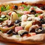 彩り鮮やかな「ベーコンとたっぷり野菜のピッツァ」
