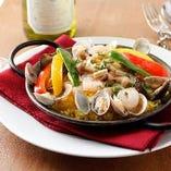 本場を再現!肉と魚介の旨みを凝縮した「バレンシア風パエリア」