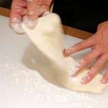 カリッとした食感のピッツァは自家製にこだわり、生地から手作りしております