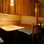 【テーブル席】 三方を囲まれた落ち着いたテーブル席もございます