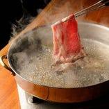 """すき焼き、しゃぶしゃぶの他、店主の故郷である秋田の""""あきたこまち""""とそれに合う逸品料理。"""