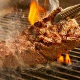 専用グリラーで仕上げて肉の旨味を閉じ込めたグリル料理は中から旨味が染み出す逸品