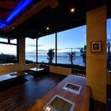 【絶好のロケーション】 店内から美しい沖縄の海を眺められます