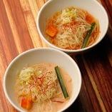 オリジナル 白ごまスープの「仙蔵冷麺」とあっさり醤油スープの「冷麺」