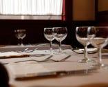 「会話も味の一部」というシェフのこだわりで、テーブル席のみ。