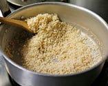 アーモンドは砂糖と馴染みカリカリになるまで気長に火を入れる。