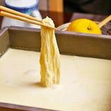 通常より糖度の高い豆乳を使った出来たての湯葉を、特製の割醤油と振り柚子でお召し上がりください。
