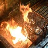 豪快に炭火焼き!大和肉鶏の炙り焼きは、当店自慢の逸品