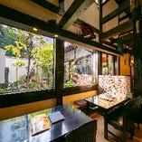 【1〜2名様×1卓/2〜4名様×4卓】木漏れ日が差し込む庭がすてきなテーブル席