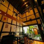開放感のある吹き抜けの天井が際立つテーブル席