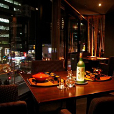 窓に広がる夜景と季節料理を堪能