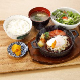 〈4〉B:デミグラスソースの鉄板ハンバーグ定食