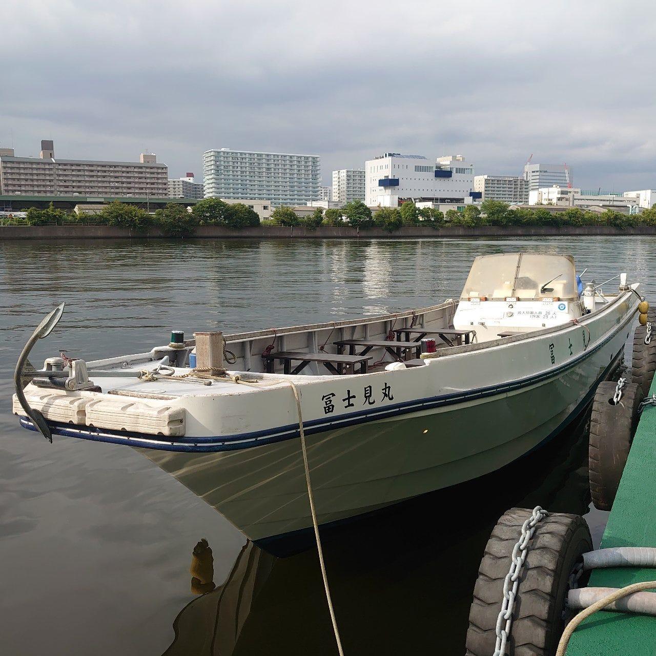 店舗に付随した浮桟橋から船に乗降可能。