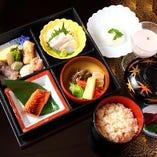 お昼は松花堂弁当を1,500円でご用意しております。