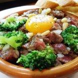 和牛イチボ肉と松の実のタルターラ ビスマルク風
