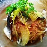 スモークした秋刀魚と2色玉ネギ、グレープフルーツのサラダ仕立て