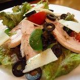 タイム風味のウサギのコンフィと黒オリーブのサラダ