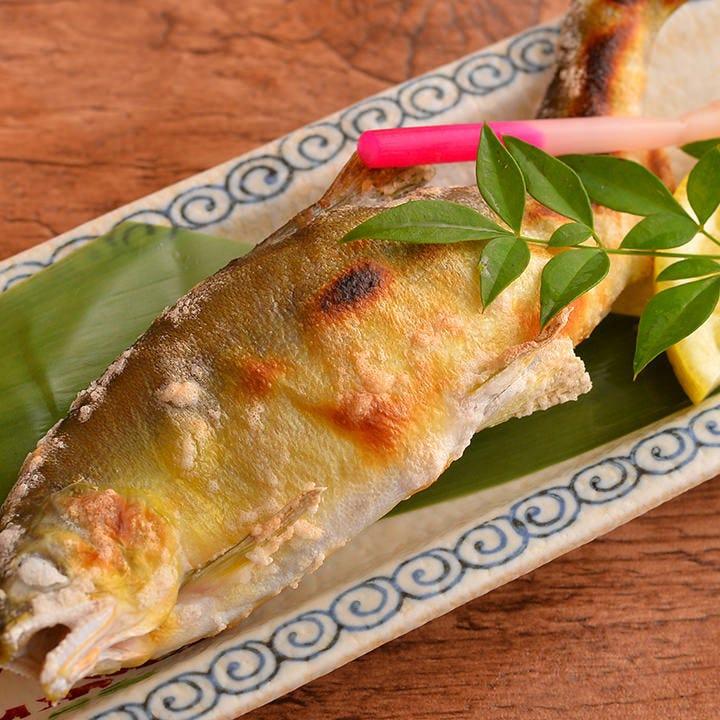 旬の魚の焼き物や煮付け、揚げ物などいろいろな料理を楽しめます