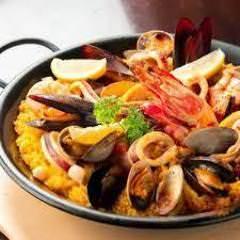 魚介とお肉を贅沢に使ったミックスパエリア