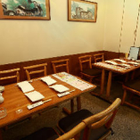 1階テーブル席14席5テーブルとカウンター2席